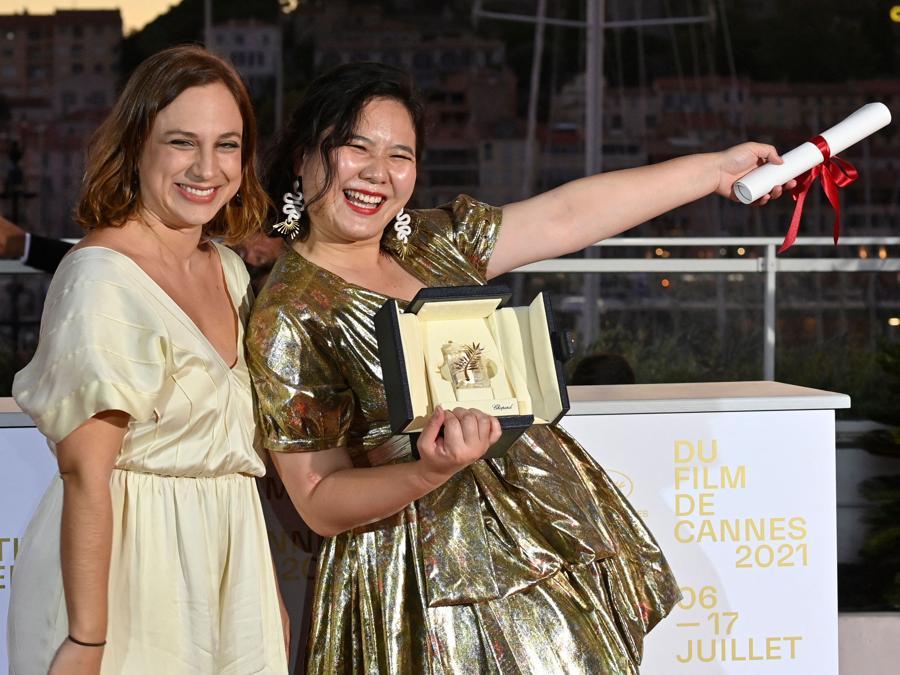 """La regista di Hong Kong Tang Yi (R) posa con la regista brasiliana Jasmin Tenucci dopo aver vinto la Palma d'oro Cortometraggio per il suo film """"All the Crows in the World"""" durante la cerimonia di chiusura della 74a edizione del Festival di Cannes . (Photo by John MACDOUGALL / AFP)"""