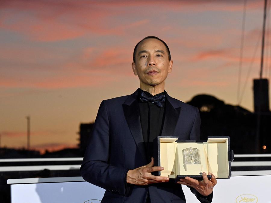 """Il regista thailandese Apichatpong Weerasethakul posa  dopo aver vinto il Premio della Giuria per il suo film """"Memoria"""" ex aequo con il film Isaeli """"Ha'berech (Ahed's Knee)"""". (Photo by John MACDOUGALL / AFP)"""