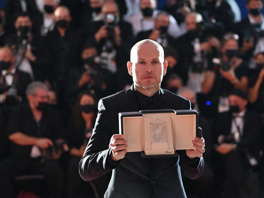 """Il regista israeliano Nadav Lapid posa dopo essere stato premiato  con il Premio della Giuria per il film """"Ha'berech (Ahed's Knee)"""" ex aequo con il regista thailandese Apichatpong Weerasethakul per il suo film """"Memoria"""" . (Photo by CHRISTOPHE SIMON / AFP)"""