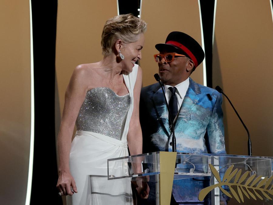"""L'attrice statunitense Sharon Stone (a sinistra) e il regista statunitense Spike Lee,  presidente di giuria  del 74esimo Festival di Cannes, annunciano la Palma d'oro per il film """"Titane"""" durante la cerimonia di chiusura della 74a edizione del Festival di Cannes. (Photo by Valery HACHE / AFP)"""