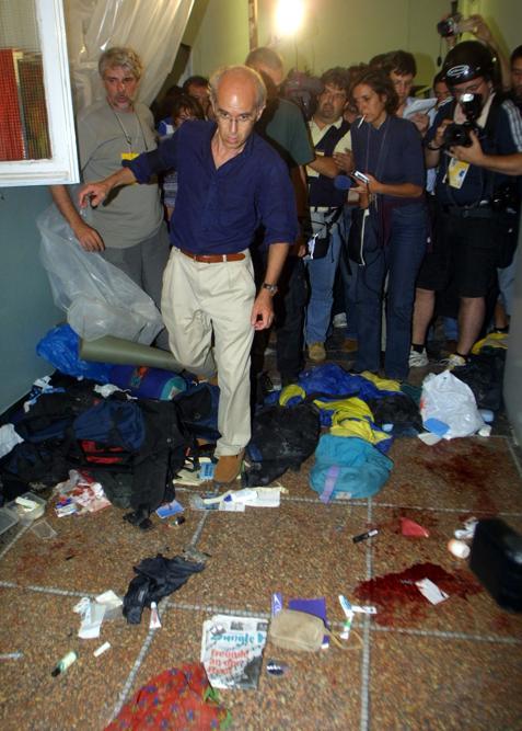 Militanti del Genoa Social Forum nella scuola Diaz a Genova dopo la perquisizione compiuta da polizia e carabinieri, in una immagine del 22 luglio 2001. ANSA / FILIPPO MONTEFORTE