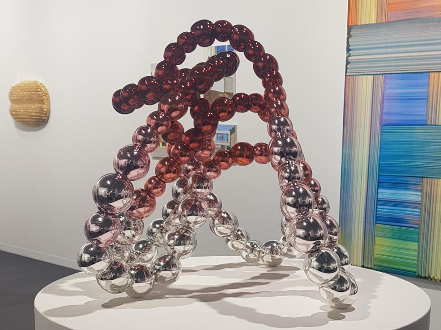 Jean-Michel Othoniel, Kiku-Otaniro, 2020, scultura in vetro e acciaio, in vendita da Perrotin a 82.500 euro