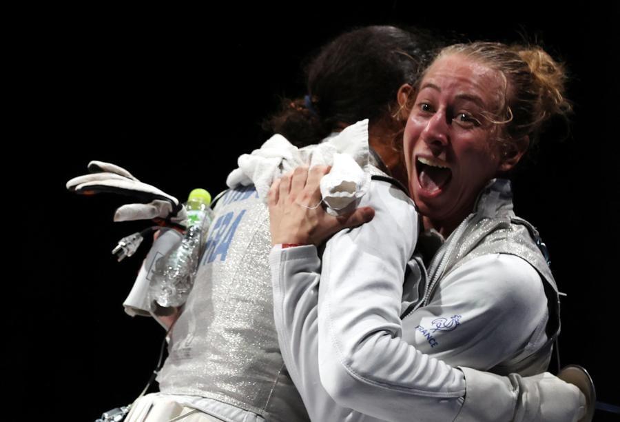 Scherma - Pauline Ranvier (destra) dopo aver sconfitto l'italiana Arianna Errigo  (sinistra) nella semifinale a squadre di Fioretto femminile (EPA/DIEGO AZUBEL)