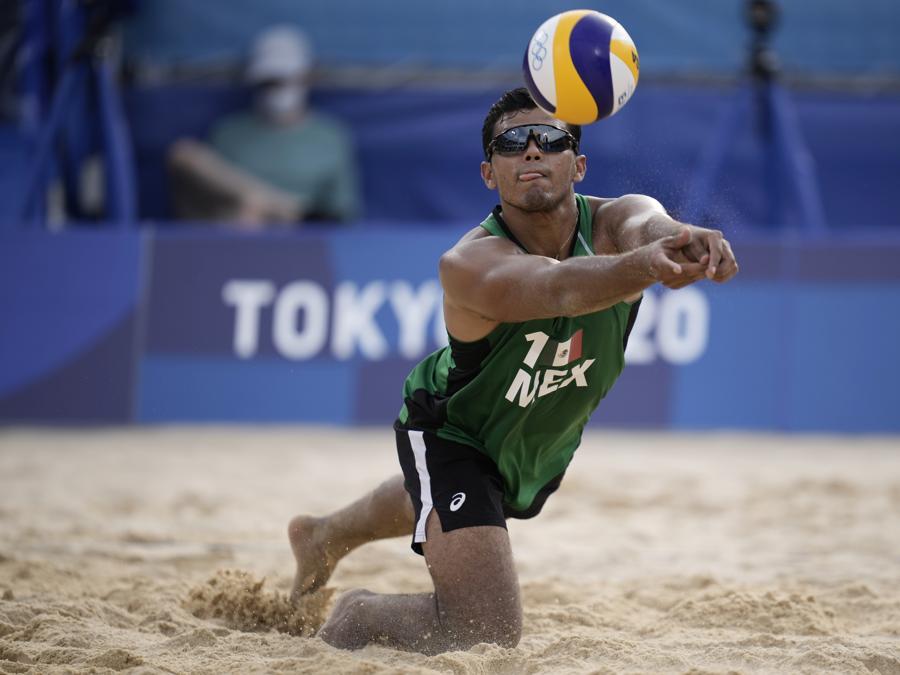 Volley-Beach - Messico-Repubblica Ceca. Nella foto: il messicano Josue Gaston Gaxiola Leyva  (AP Photo/Felipe Dana)