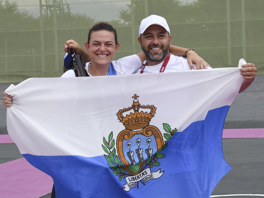 Tiro a volo - Alessandra Perilli e l'allenatore Luca Di Mari posano con la bandiera di San Marino dopo aver vinto alle olimpiadi Tokyo 2020 la prima medaglia storica per la Repubblica di San Marino. (ANSA/ CIRO FUSCO)