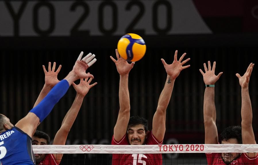 L'italiano Osmany Juantorena colpisce una palla contro l'iraniano Aliasghar Mojarad. (AP Photo/Frank Augstein)