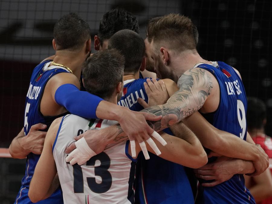 La squadra italiana  si incita  durante la partita. (AP Photo/Frank Augstein)