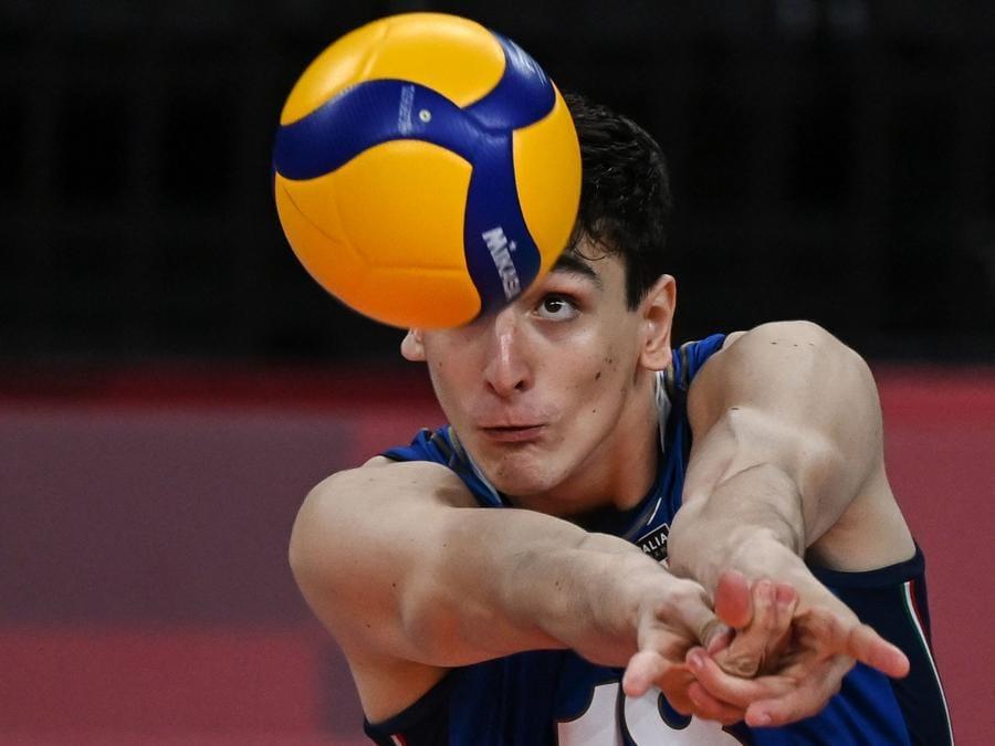 L'italiano Alessandro Michieletto, in ricezione,  imposta la palla per il gioco della sua squadra . (Photo by YURI CORTEZ / AFP)