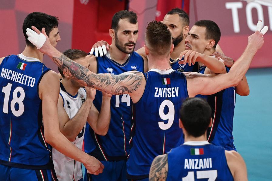 I giocatori dell'Italia si incitano dopo un punto. (Photo by YURI CORTEZ / AFP)