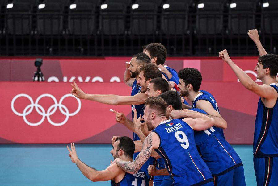 I giocatori italiani festeggiano la vittoria. (Photo by YURI CORTEZ / AFP)