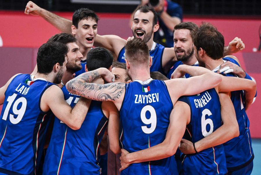 I giocatori italiani festeggiano la vittoria dell'incontro tra Italia e Iran. (Photo by YURI CORTEZ / AFP)