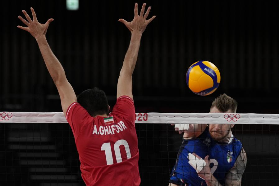 L'iraniano Amir Ghafour cerca di bloccare una schiacciata dell'italiano Ivan Zaytsev. (AP Photo/Frank Augstein)