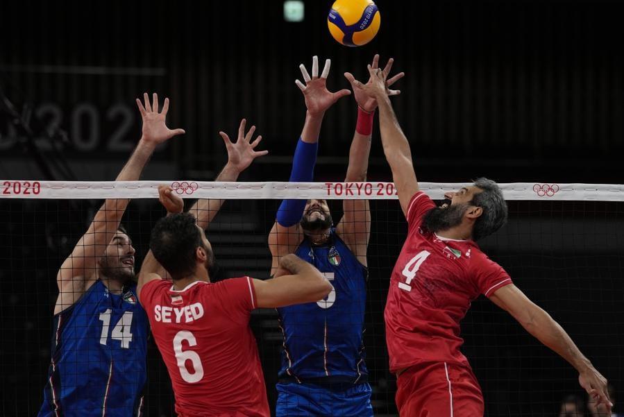 L'italiano Gianluca Galassi, a sinistra e Osmany Juantorena, cercano di bloccare un tiro dell'iraniano Mir Saeid Marouflakrani. (AP Photo/Frank Augstein)