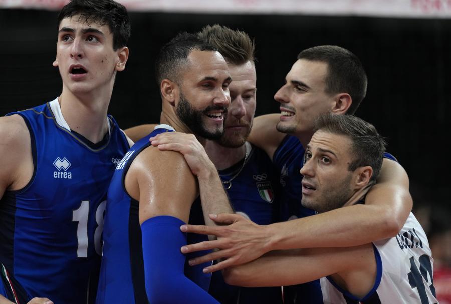 La squadra italiana si incita durante la partita con l'Iran. (AP Photo/Frank Augstein)
