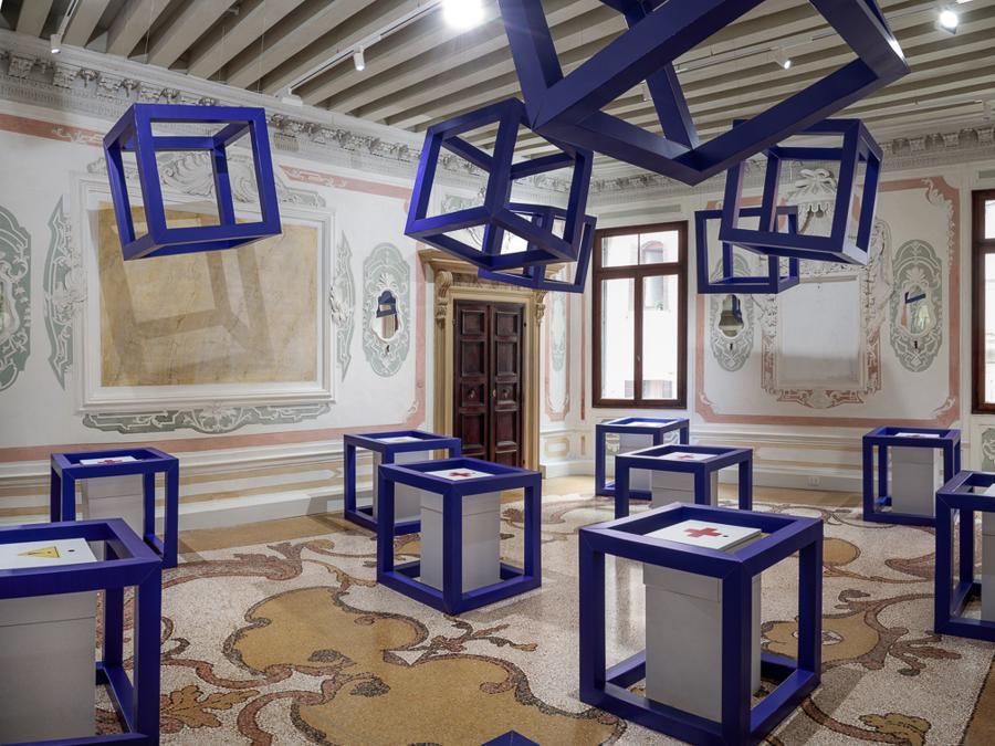 """The Room of Tears, mostra """"Alice in Doomedland"""", allestita da Didier Guillon, in cui vengono riproposte le cages blu, tema caro all'artista, che si prestano a raccogliere le lacrime di Alice."""