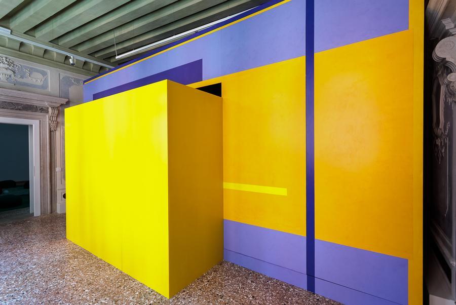 """La prima stanza """"Crossing. Ad occhi chiusi"""" di Silvano Rubino, dove attraverso uno scivolo, si entra nell'installazione multimediale, un invito ad aprire la propria mente, senza confini e ad accettare l'ignoto."""