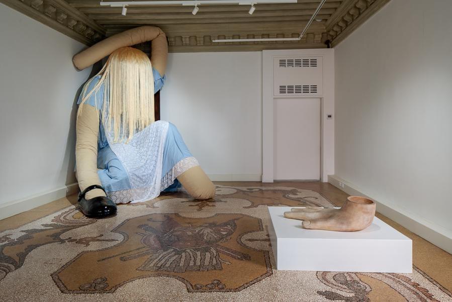 """Nella seconda stanza """"Drink me!"""" di Isao & Stephanie Blake, dove troneggia un'Alice gigante, fatta di pezze riciclate."""