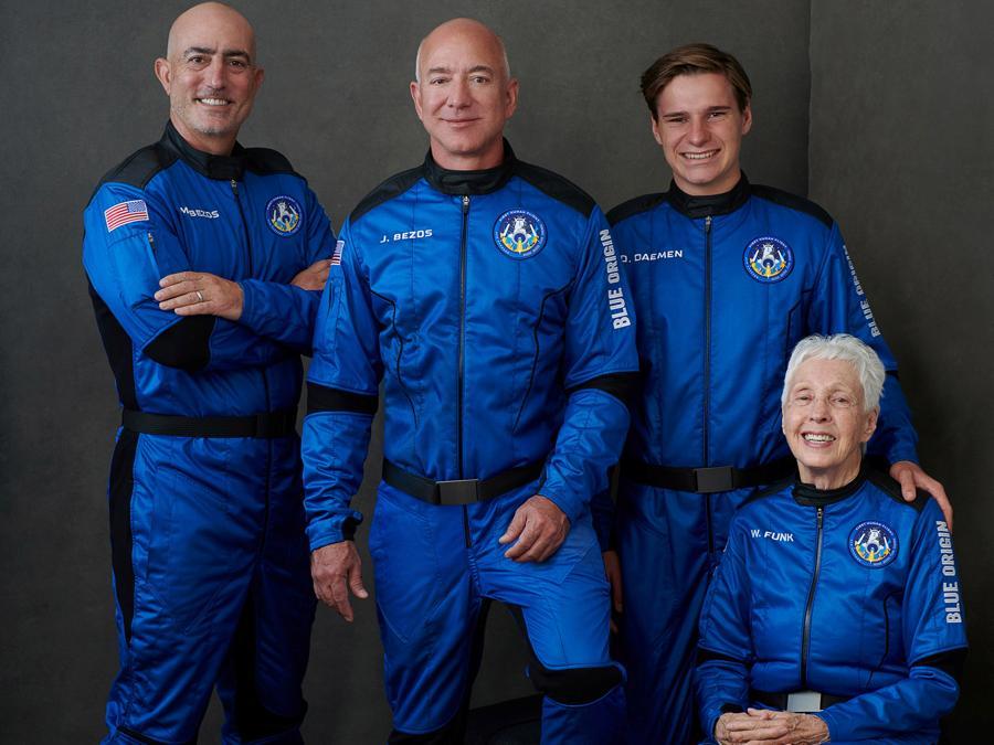 La foto ufficiale dell'equipaggio della Blue Origin, da sinistra Mark Bezos, Jeff Bezos, Wally Funk e Oliver Daemen (Blue Origin/Handout via REUTER)