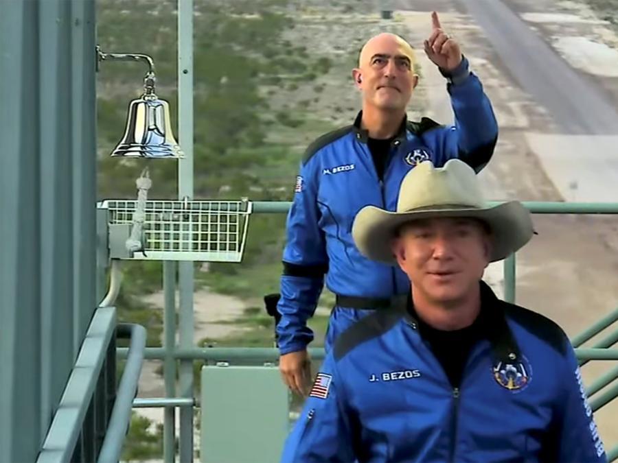 Jeff Bezos e suo fratello  Mark (Blue Origin/Handout via REUTERS)