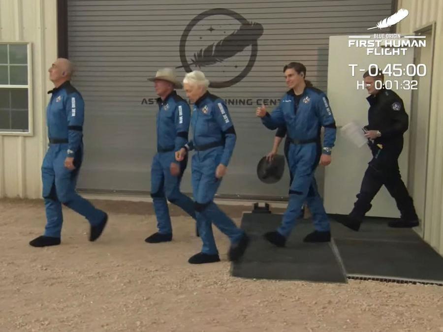 L'equipaggio della Blue Origin, da sinistra,  Mark Bezos, fratello di Jeff, Jeff Bezos, Wally Funk e Oliver Daemen (Photo by Jose ROMERO / BLUE ORIGIN / AFP)