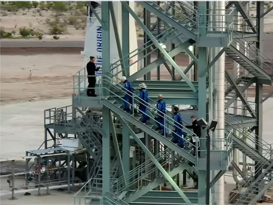 L'equipaggio sale a bordo della  Blue Origin  (Photo by Jose ROMERO / BLUE ORIGIN / AFP)
