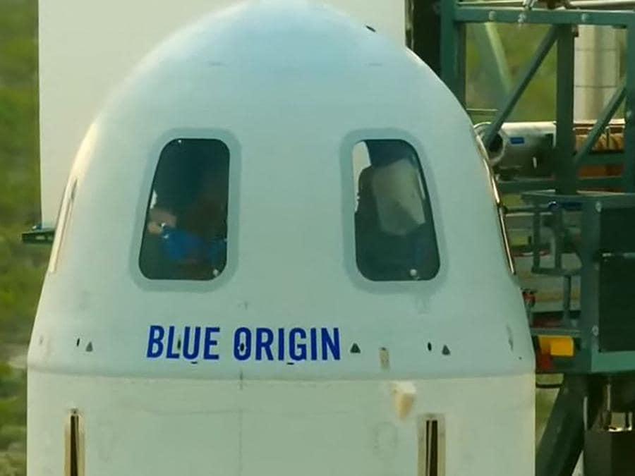 L'equipaggio a bordo della  Blue Origin (Photo by Handout / BLUE ORIGIN / AFP
