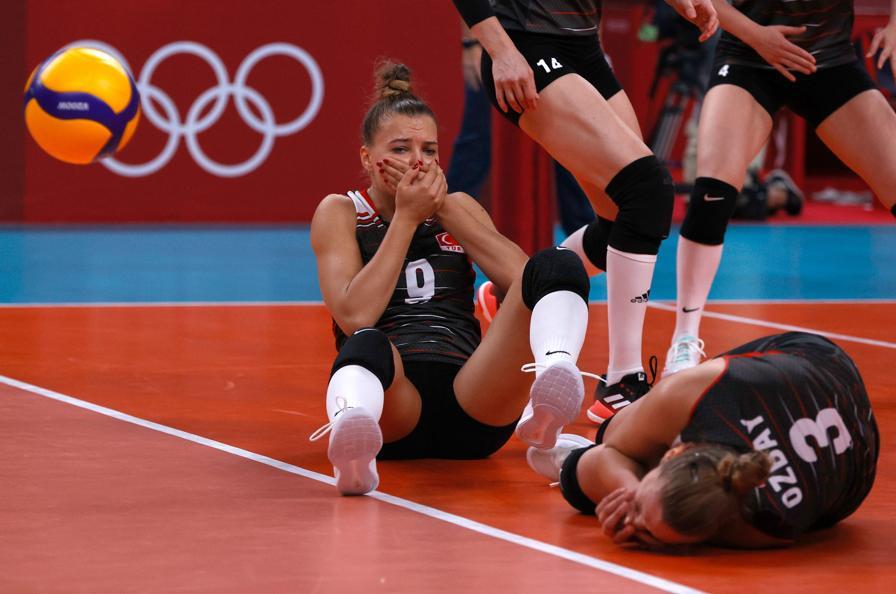 Pallavolo femminile  -  Russian-Turchia - Uno scontro fra due atlete turche. (REUTERS/Valentyn Ogirenko)