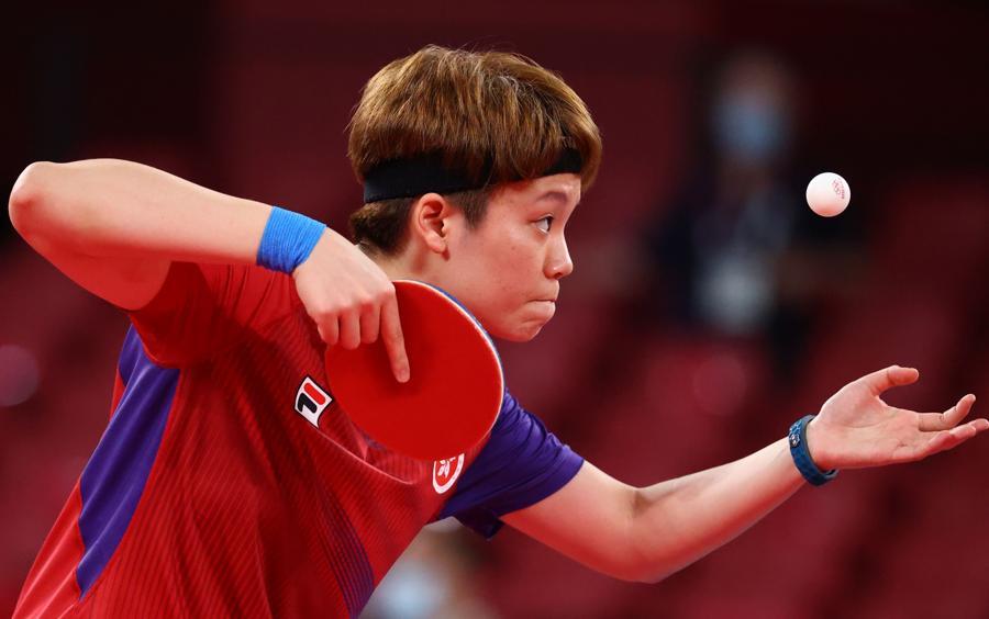 Tennis da tavolo femminile - Doo Hoi Kem da Hong Kong contro la rumena Daniela Monteiro Dodean (REUTERS/Thomas Peter)