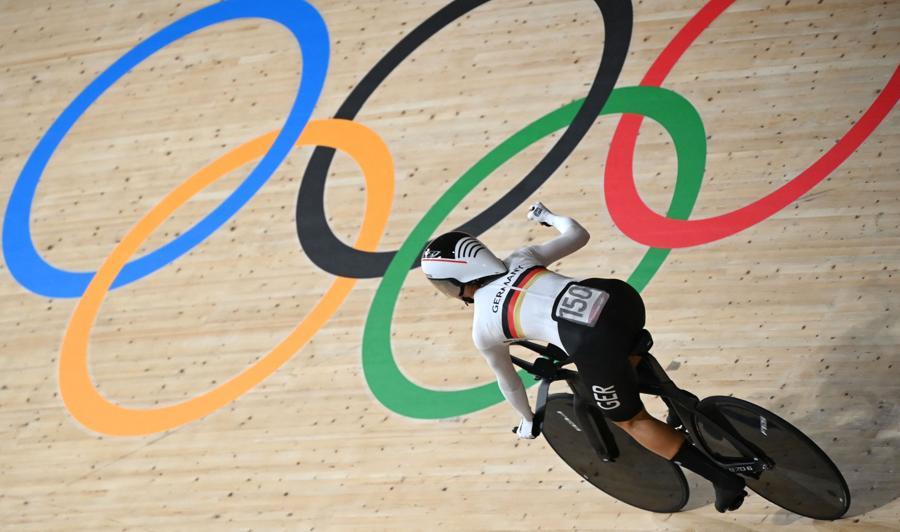 Inseguimento a squadre di ciclismo su pista femminile - La tedesca Lisa Brennauer festeggia dopo aver stabilito un record mondiale  nella qualificazione  (Photo by Greg Baker / AFP)