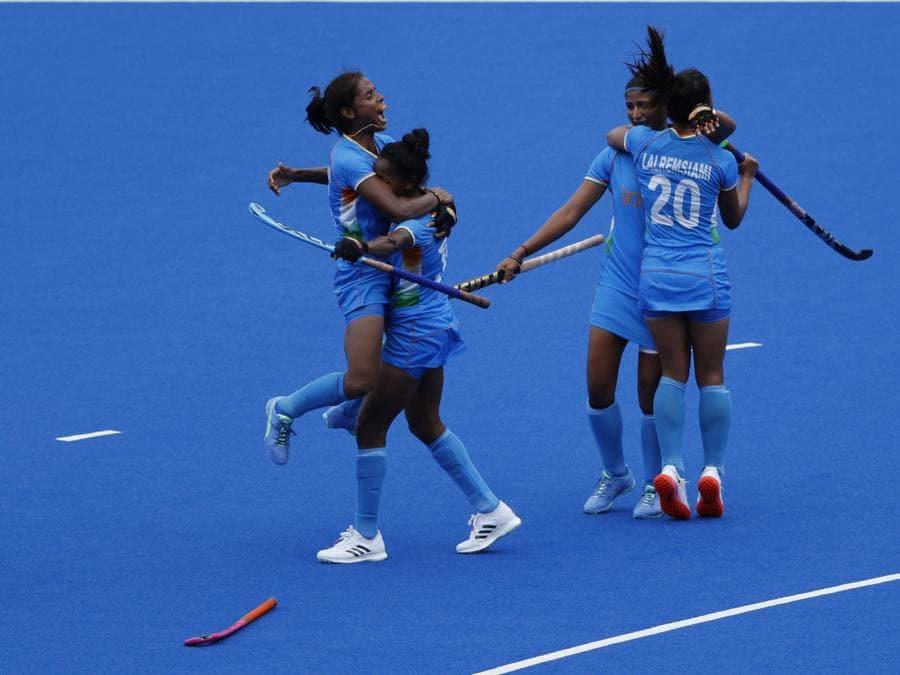 Hockey femminile - Quarti di finale  tra Australia e Indiae - La squadra indiana festeggia dopo aver sconfitto l'Australia (EPA/RITCHIE B. TONGO)