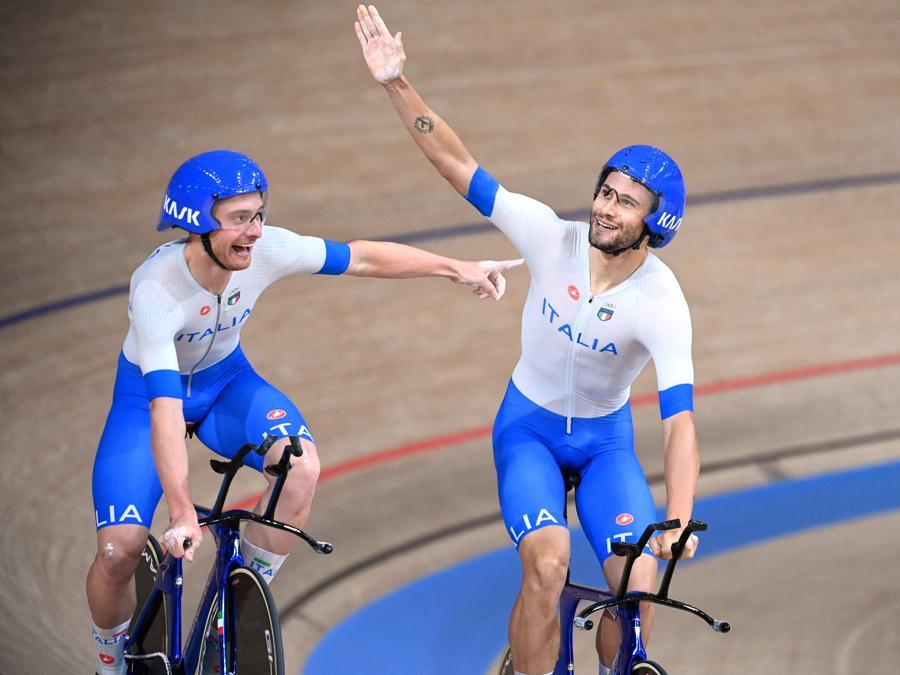 Simone Consonni (sinistra) e Filippo Ganna felici per  la vittoria (Photo by Greg Baker / AFP)