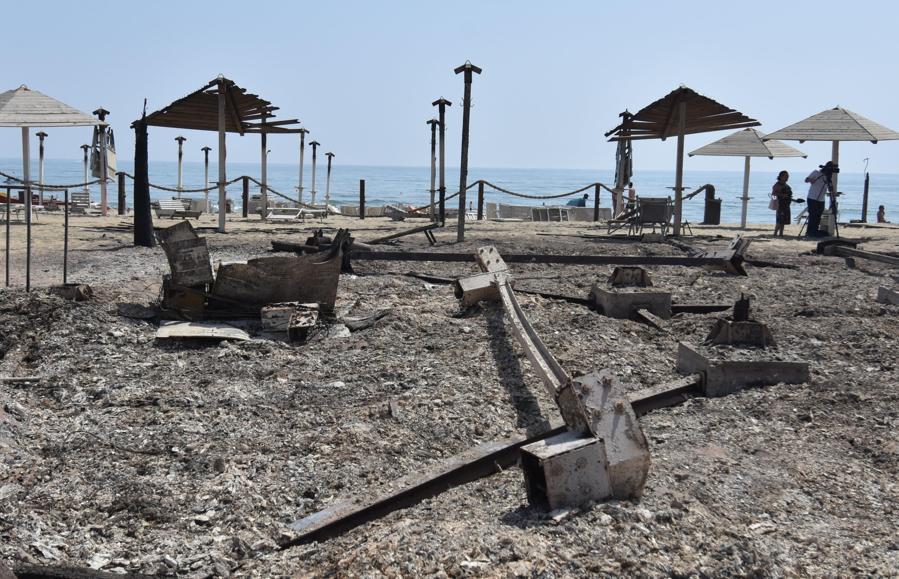 Uno stabilimento balneare distrutto dalle fiamme, nei pressi di  Catania. (ANSA/ORIETTA SCARDINO)