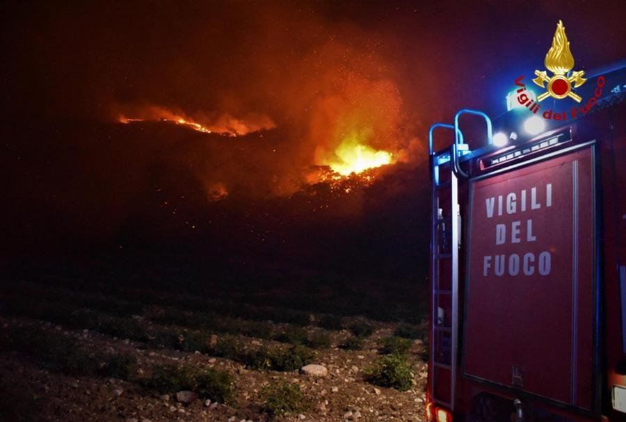 Vigili del fuoco al lavoro tra le fiamme - Foreste tra Piana degli Albanesi e Altofonte, vicino a  Palermo. (EPA/VIGILI DEL FUOCO)