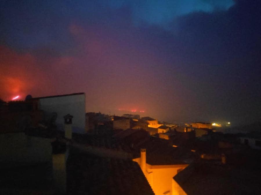 Porto Alabe, località turistica sulla costa dell'oristanese, minacciata dalle fiamme che sono divampate a Santu Lussurgiu e che hanno percorso migliaia di ettari di pascoli e boschi raggiungendo le colline sopra i litorali attorno a Bosa - Sardegna. (ANSA / Fabrizio Fois)