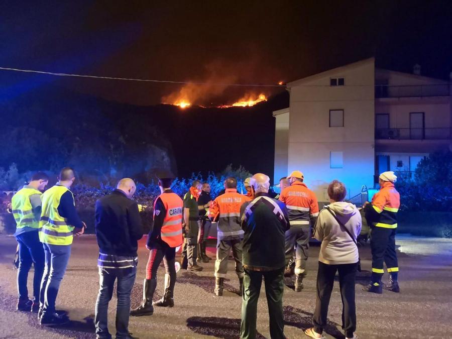 Un incendio fuori controllo divampato sulle pendici di Monte Furru ha fatto scattare l'evacuazione di diverse abitazioni in località S'Istangione alla periferia di Bosa Marina, sulla costa centro occidentale della Sardegna. (ANSA/FRANCESCO PINNA)