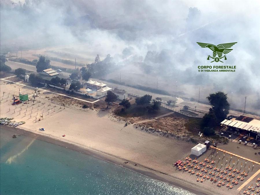 Le fiamme divampate vicino al litorale di Tortolì, in Ogliastra. (ANSA/UFFICIO STAMPA CORPO FORESTALE)