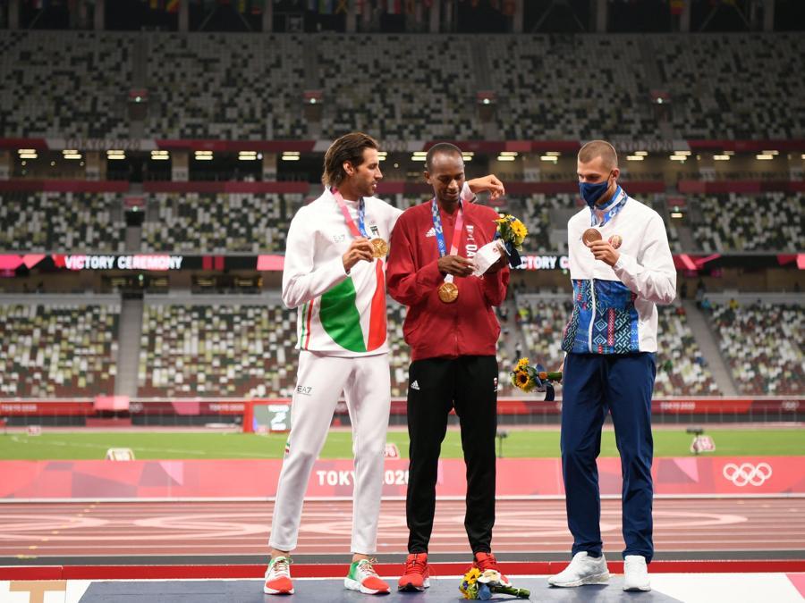 Atletica leggera - Podio della finale del  salto in alto (da sinistra a destra). Medaglia d'oro l'italiano Gianmarco Tamberi, oro a pari merito l'atleta del  Qatar Mutaz Essa Barshim, e la medaglia di bronzo il Bielorusso Maksim Nedasekau. (Photo by Ina FASSBENDER / AFP)