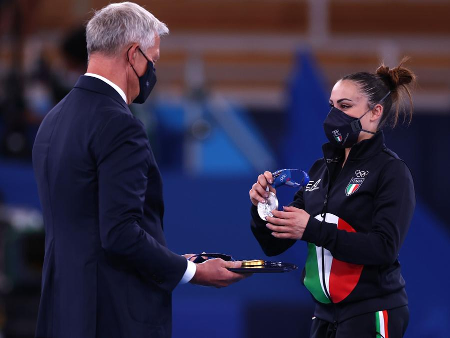 Vanessa Ferrari, sul podio,  riceve la medaglia d'argento (REUTERS/Mike Blake)