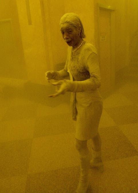 Marcy Borders ricoperta di polvere mentre si rifugia in un edificio dopo il crollo di una delle torri del World Trade Center. La signora Borders è stata avvolta in strada dalla nuvola di fumo e polvere che ha invaso l'area.  (Photo by Stan Honda / AFP)
