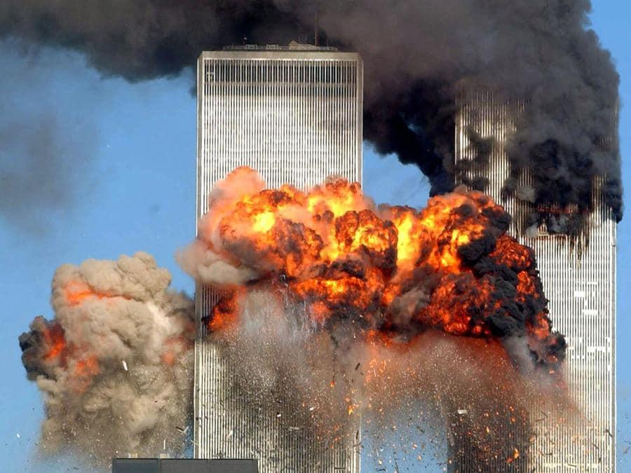 Il momento in cui il volo 175 della United Airlines proveniente da Boston centra la torre sud del World Trade Center alle 9.03 a.m. di New York. (Photo by Spencer Platt / Getty Images North America / Getty Images via AFP)
