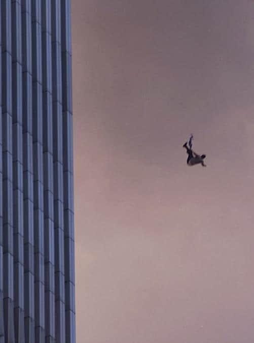 Una persona vola giù dal World Trade Center dopo che due aerei hanno colpito le torri. (Jose Jimenez/Primera Hora/Getty Images/AFP)
