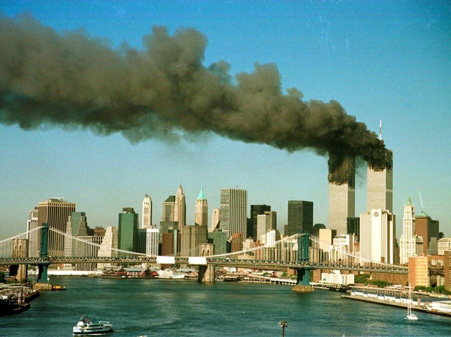 Il fumo che si alza dalla Torri gemelle dopo che sono state colpite dagli aerei. (Reuters / Brad Rickerby)