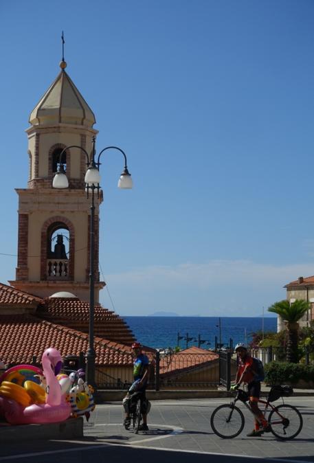Santa Maria di Castellabbate. Sullo sfondo, Capri