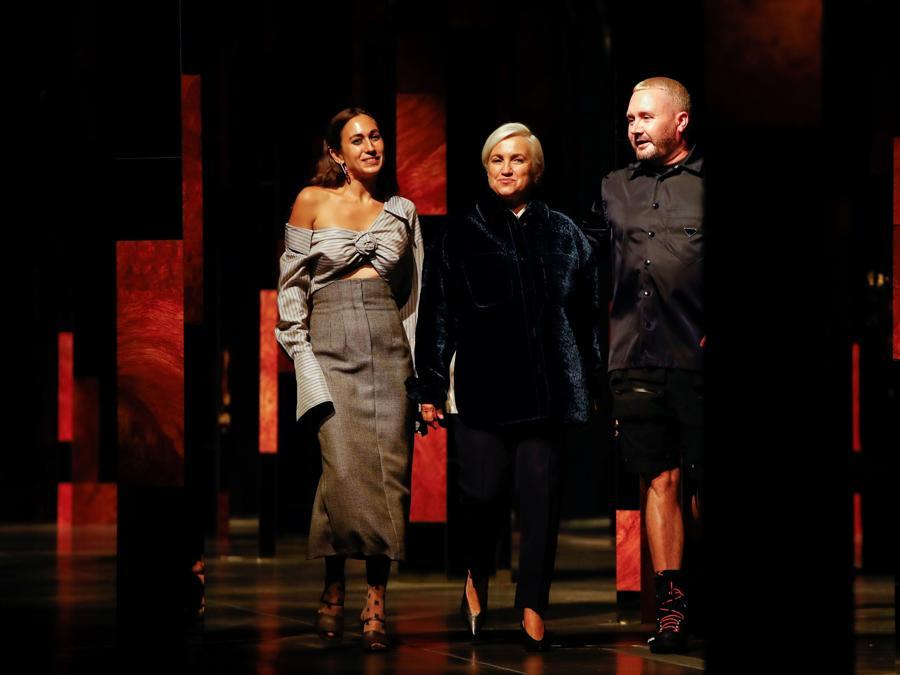 Da sinistra, Delfina Delettrez Fendi, Silvia Venturini Fendi e Kim Jones. (Reuters / Alessandro Garofalo)