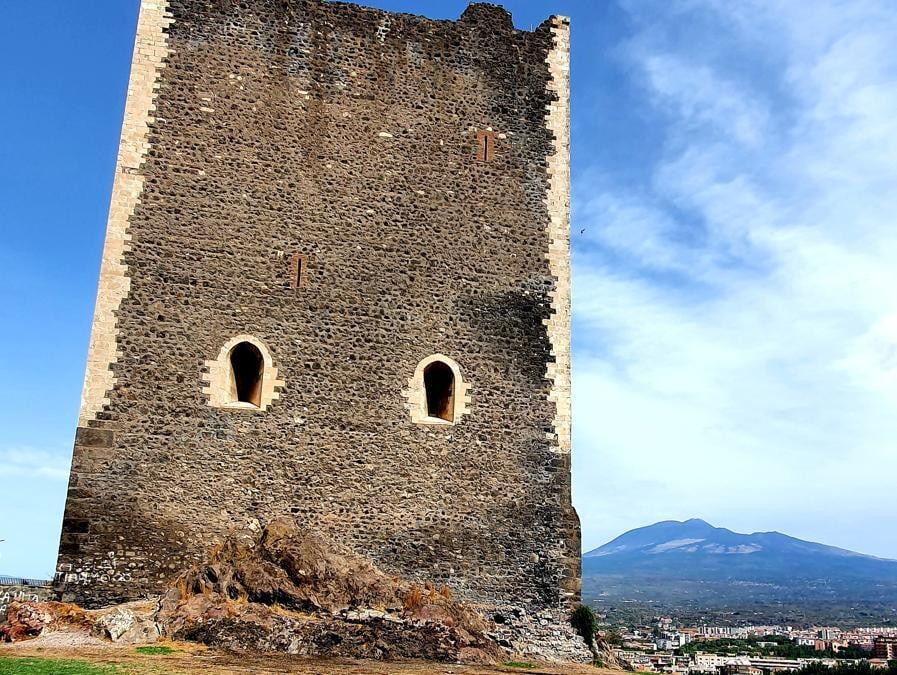 Castello Normanno a Paternò, con l'Etna sullo sfondo