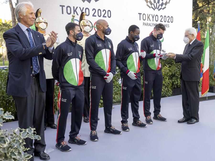 Gli atleti olimpici consegnano in dono il testimone della staffetta al Presidente Sergio Mattarella (ANSA/ Paolo Giandotti - Ufficio per la Stampa e la Comunicazione della Presidenza della Repubblica)