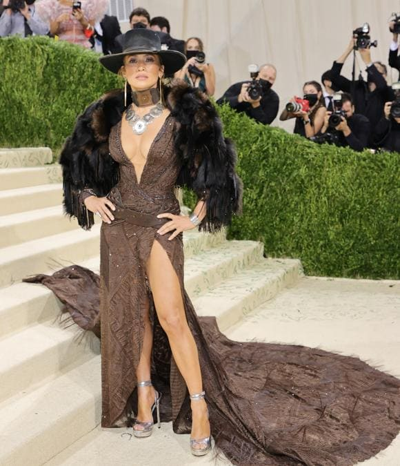Jennifer Lopez indossa Ralph Lauren (Photo by Mike Coppola / Getty images North America   / Getty Images via AFP)