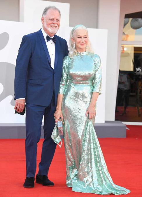 Helen Mirren, in Dolce&Gabbana, con il marito Taylor Hackford