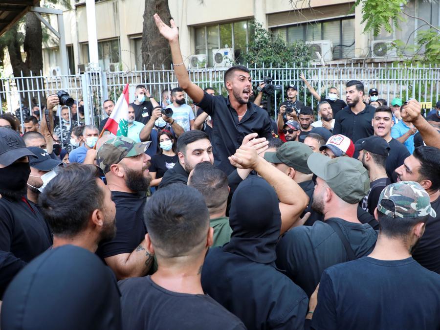 I sostenitori dei gruppi sciiti libanesi Hezbollah e Amal e il movimento cristiano Marada prendono parte a una protesta contro Tarek Bitar, il giudice principale delle indagini sull'esplosione portuale, vicino al Palazzo di Giustizia di Beirut, Libano (REUTERS/Mohamed Azakir)