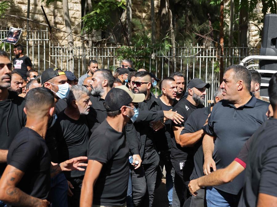 I sostenitori di Hezbollah e del movimento Amal arrivano a una manifestazione al Palazzo di Giustizia nella capitale Beirut il 14 ottobre 2021, durante una riunione per chiedere il licenziamento dell'investigatore capo dell'esplosione di Beirut. (Photo by JOSEPH EID / AFP)